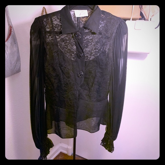 farimae Tops - Vintage! Lace bell sleeve top